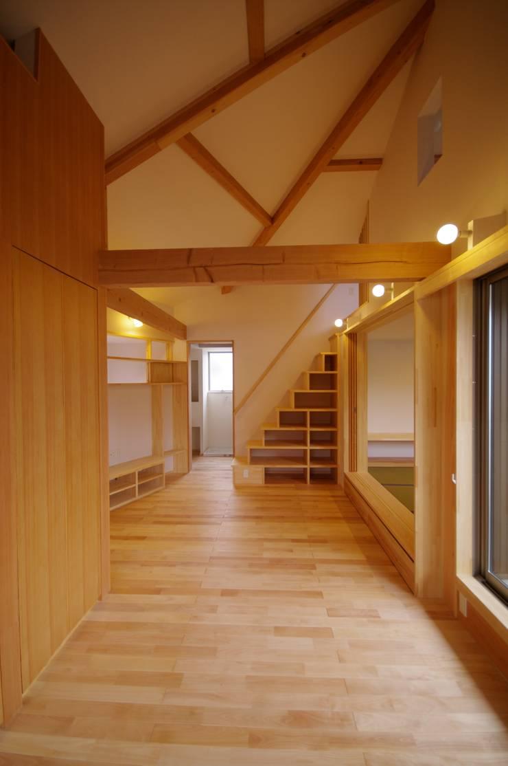市川市K邸: K+Yアトリエ一級建築士事務所が手掛けたリビングです。,