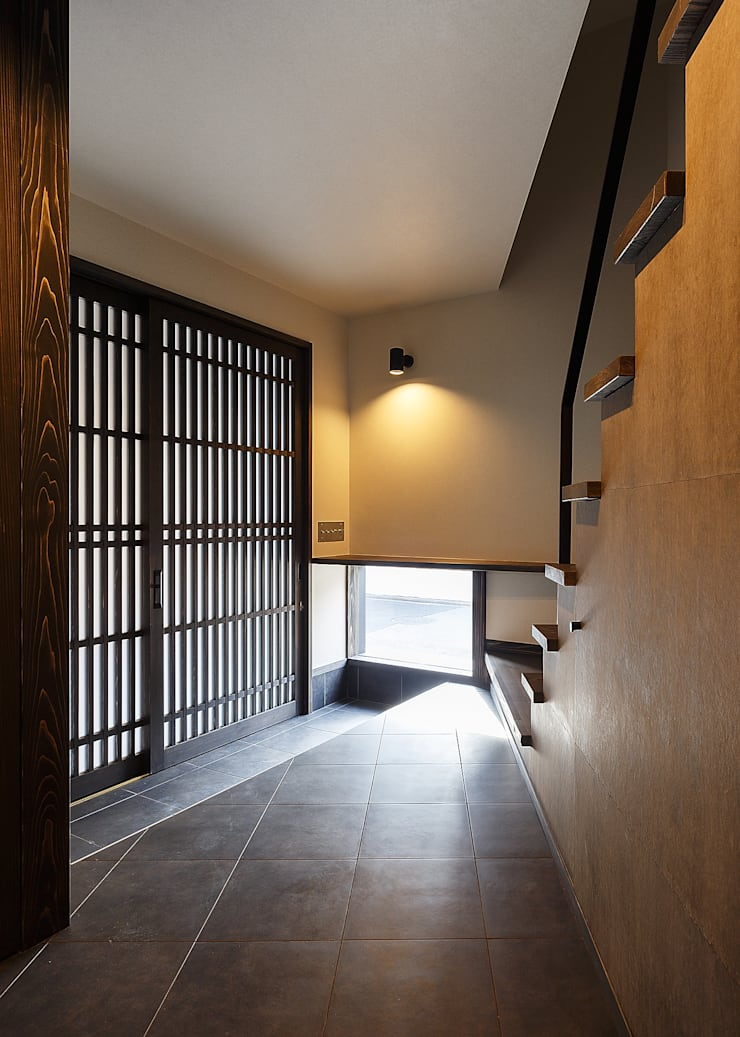 野間の家: 傳寶慶子建築研究所が手掛けた廊下 & 玄関です。