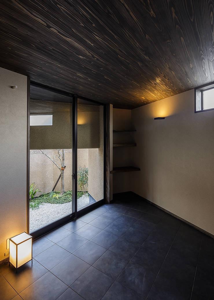 野間の家: 傳寶慶子建築研究所が手掛けた寝室です。