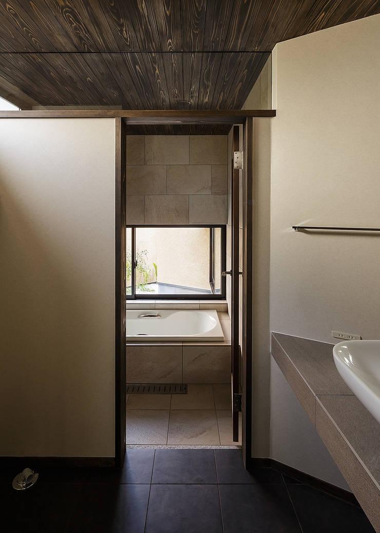 野間の家: 傳寶慶子建築研究所が手掛けた浴室です。