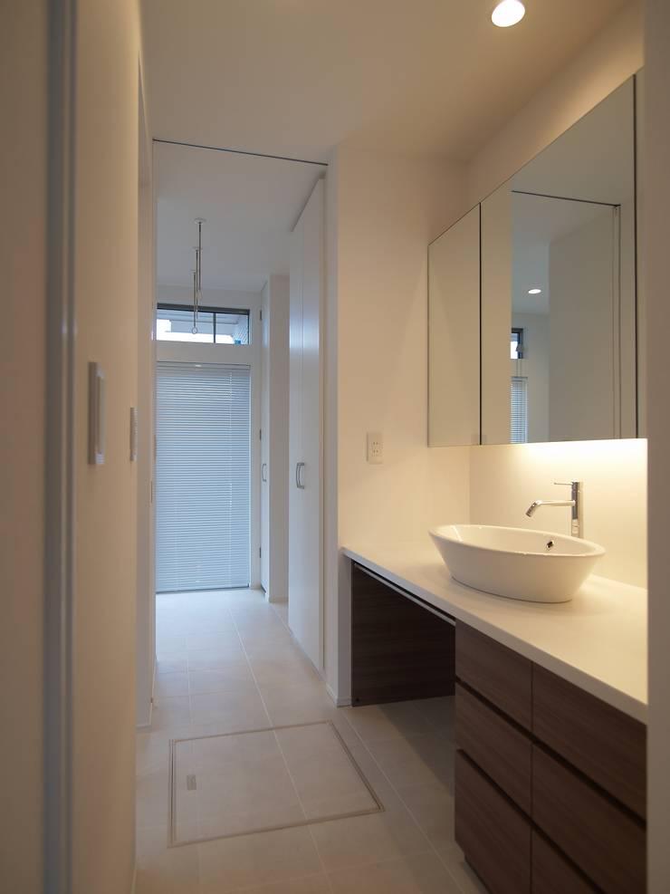 洗面脱衣室: ai建築アトリエが手掛けた浴室です。