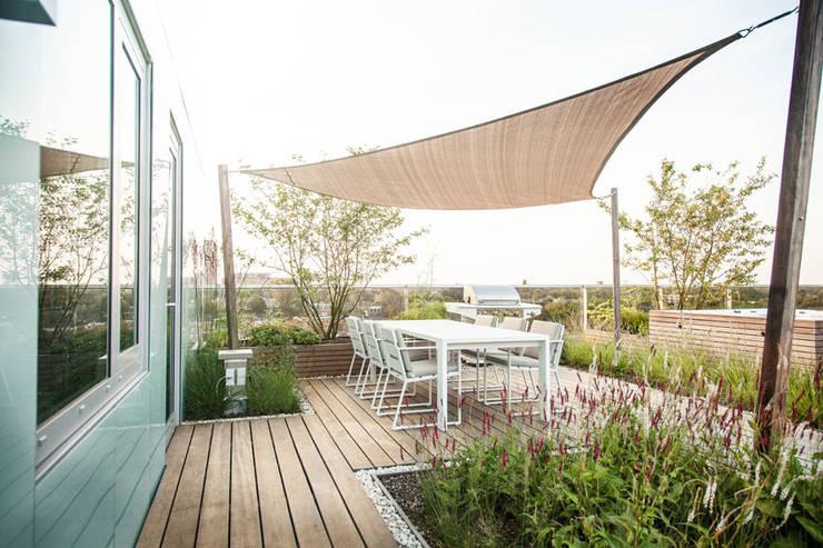 Zeven hoog ontspannen in Ibiza stijl:  Terras door Studio REDD exclusieve tuinen