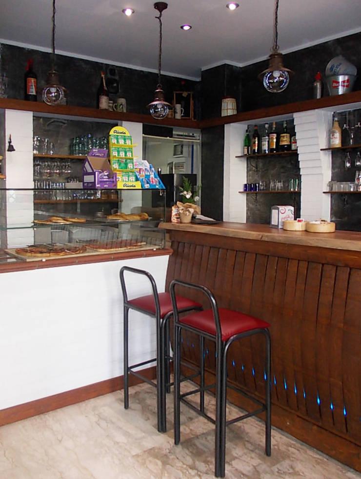 Banco bar e vetrina: Negozi & Locali commerciali in stile  di Studio tecnico associato 'Il Progetto',
