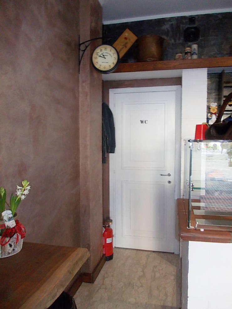 Ingresso WC: Negozi & Locali commerciali in stile  di Studio tecnico associato 'Il Progetto',
