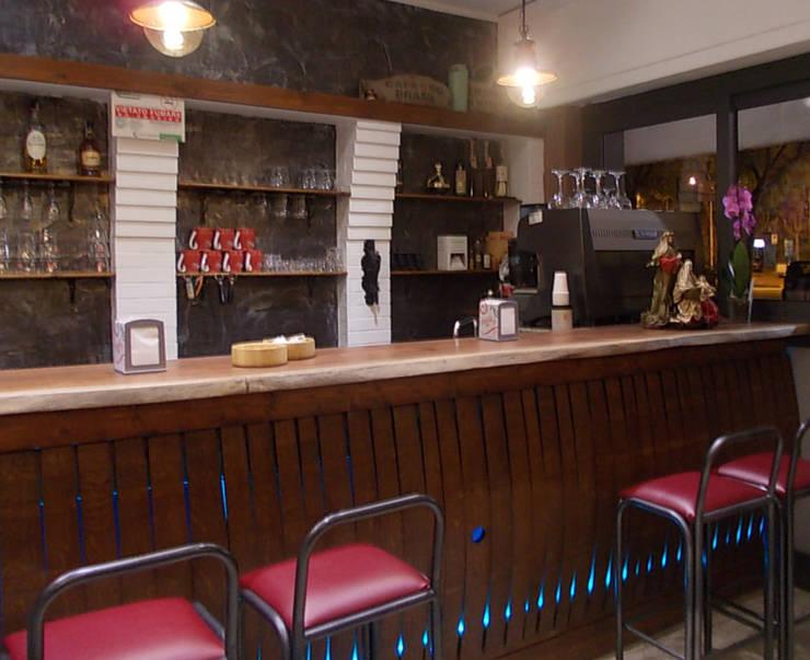 Bancone Bar: Negozi & Locali commerciali in stile  di Studio tecnico associato 'Il Progetto',