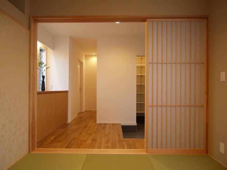 和室から玄関ホール: ai建築アトリエが手掛けた廊下 & 玄関です。,オリジナル