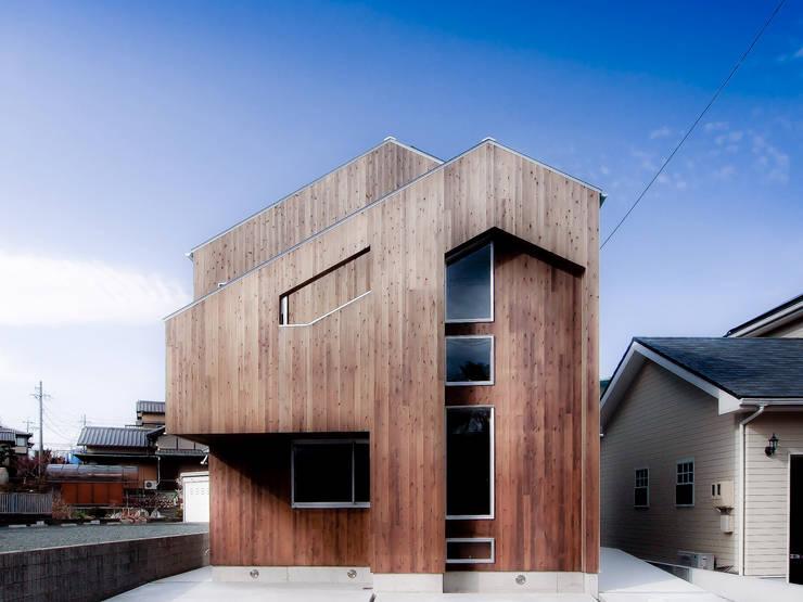 正面外壁杉板張り: AtelierorB  が手掛けた家です。