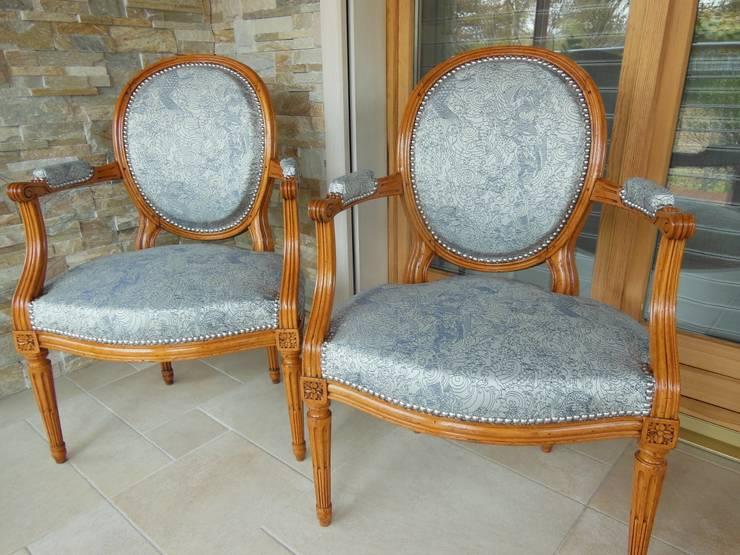 fauteuil: Salon de style  par Decoration Christine