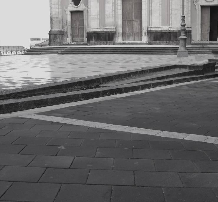 LASTRICATO DI BASALTO: Pareti & Pavimenti in stile in stile Eclettico di Fratelli Lizzio SRL