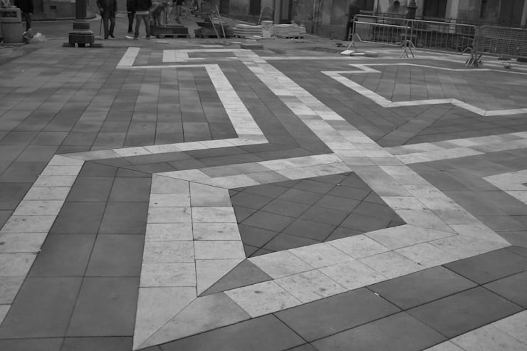 LASTRICATO LAVA E PIETRA BIANCA: Pareti & Pavimenti in stile  di Fratelli Lizzio SRL,