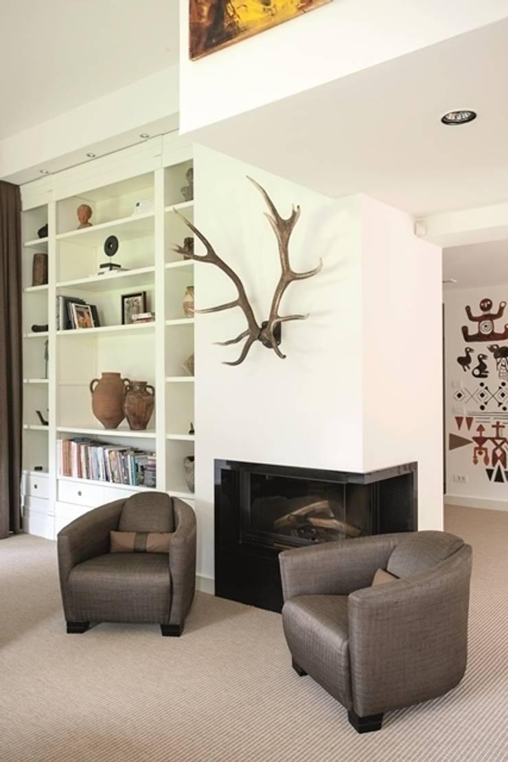 AK Design Studio – RIVA WINTER HOUSE: tropikal tarz tarz Oturma Odası