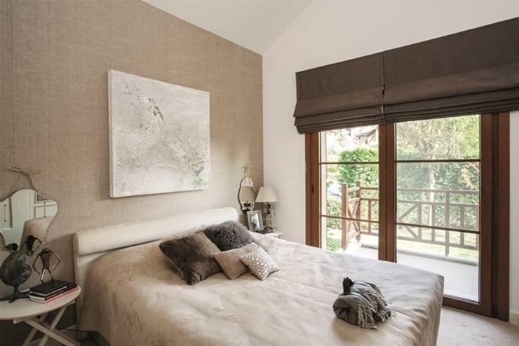 AK Design Studio – RIVA WINTER HOUSE: eklektik tarz tarz Yatak Odası