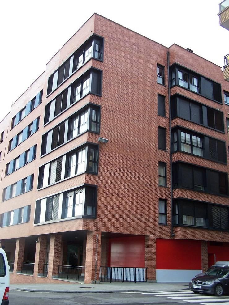 Fachada del edificio:  de estilo  de ARQUILUR3 S.L.P.