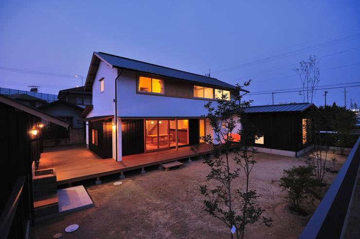 開放感を感じさせるウッドデッキ: 小笠原建築研究室が手掛けた一戸建て住宅です。