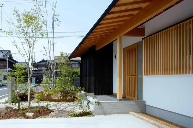 美しい軒裏: 小笠原建築研究室が手掛けた一戸建て住宅です。