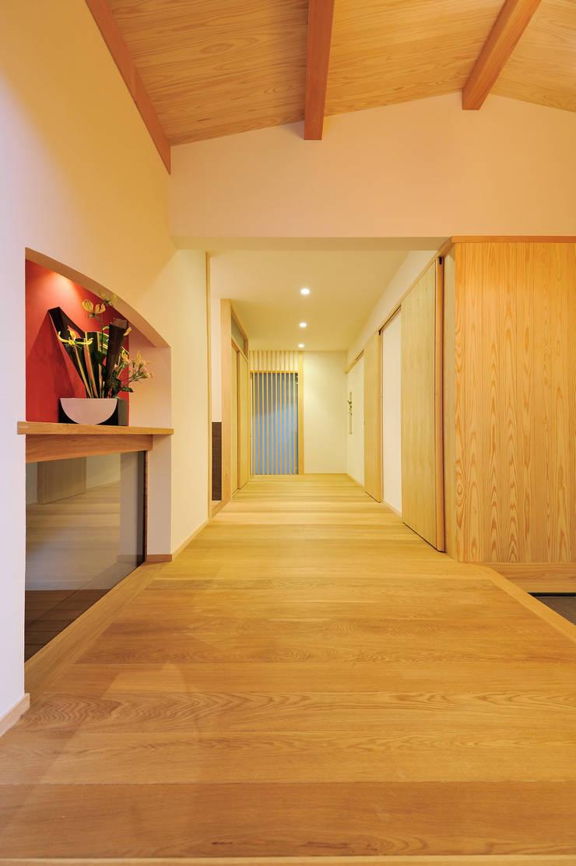 ゆったりとした玄関ホール: 小笠原建築研究室が手掛けた廊下 & 玄関です。