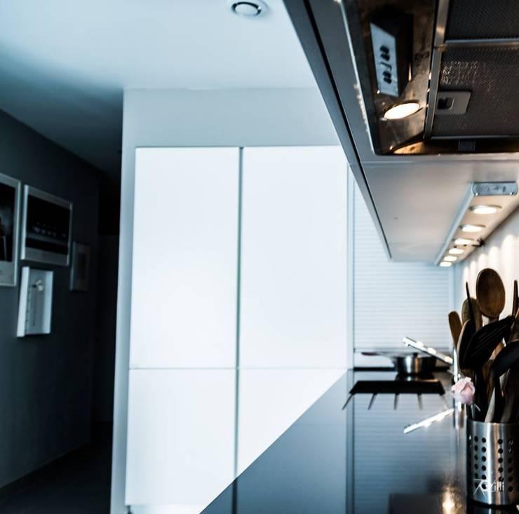 Maison contemporaine: Cuisine de style  par Architecte Egrefeuille Carole