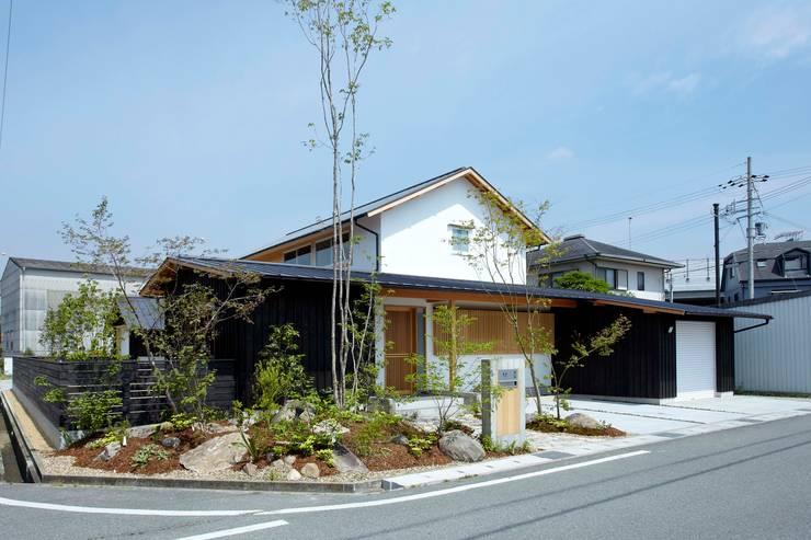 和の趣を感じさせる外観: 小笠原建築研究室が手掛けた一戸建て住宅です。