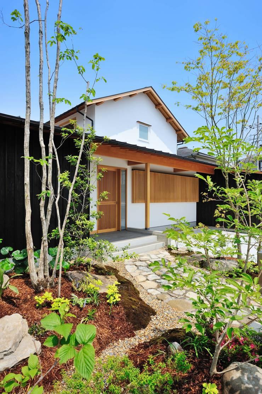 緑の小径から: 小笠原建築研究室が手掛けた一戸建て住宅です。