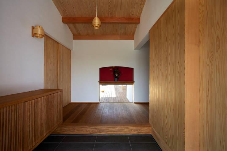 土間玄関: 小笠原建築研究室が手掛けた一戸建て住宅です。