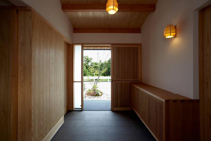 土間玄関見返り: 小笠原建築研究室が手掛けた一戸建て住宅です。