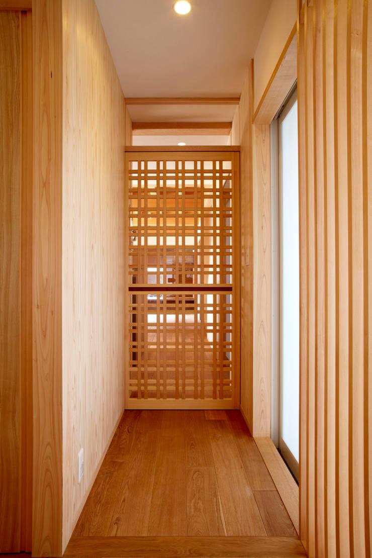 引き込み格子戸: 小笠原建築研究室が手掛けた木製サッシです。