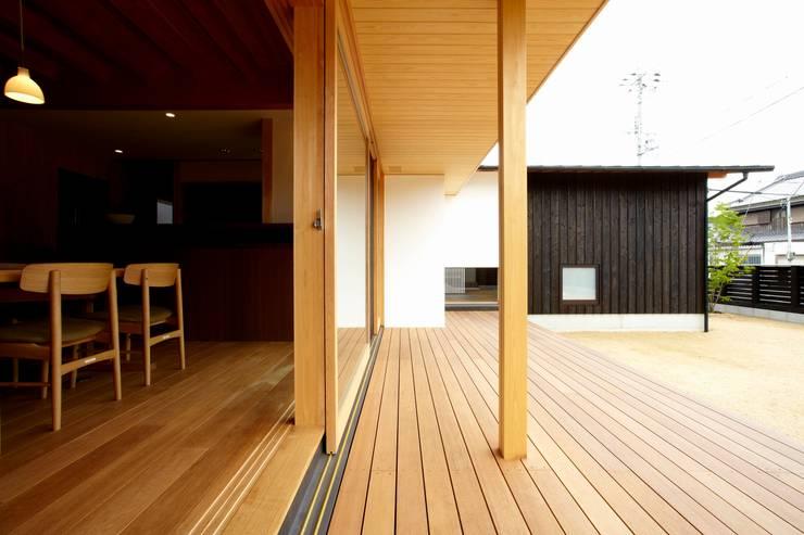 ウッドデッキ: 小笠原建築研究室が手掛けたテラス・ベランダです。
