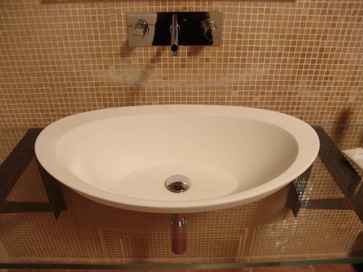 Sala da bagno. Il lavabo: Bagno in stile  di Archivolando