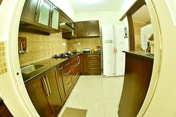 Apartment in Bangalore:  Kitchen by Creative Axis Interiors Pvt. Ltd.