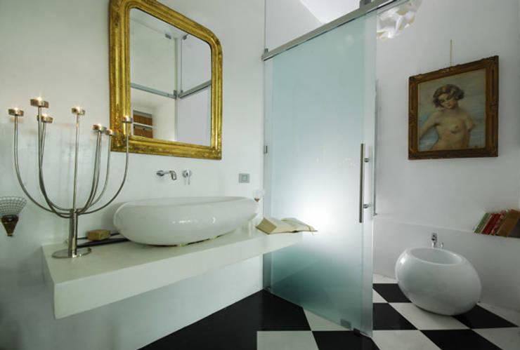 Villa EUR  Roma 2010/1012 : Bagno in stile  di EMC | Architects Workshop,