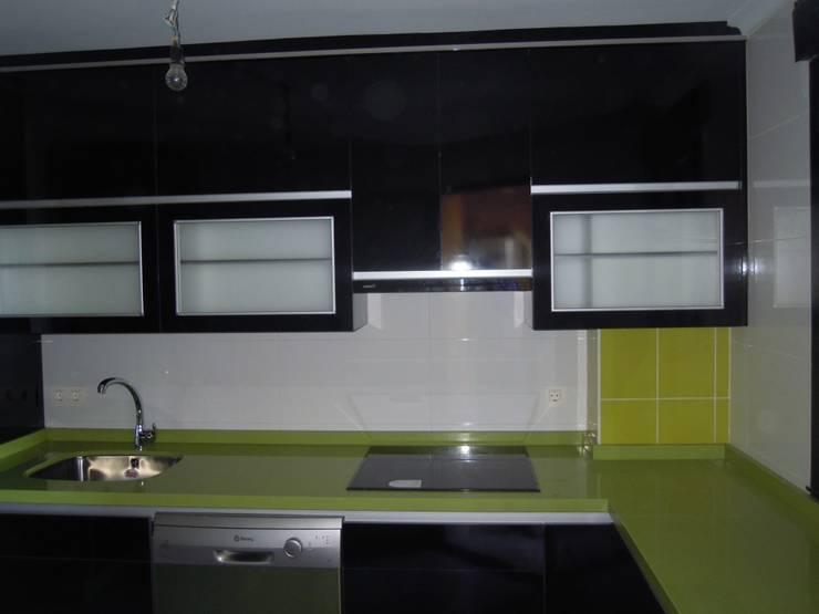 Cocina negro-pistacho. El contraste de la elegancia.: Cocina de estilo  de SQ-Decoración