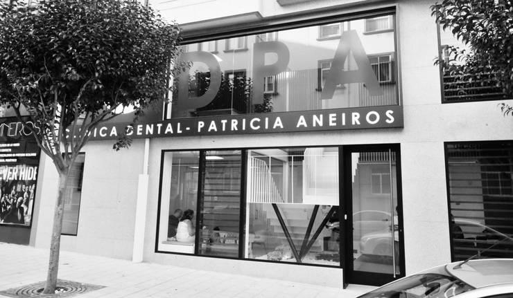 Diseño de interiores Clínica Dental Patricia Aneiros: Clínicas de estilo  de César Fuentes Zatón