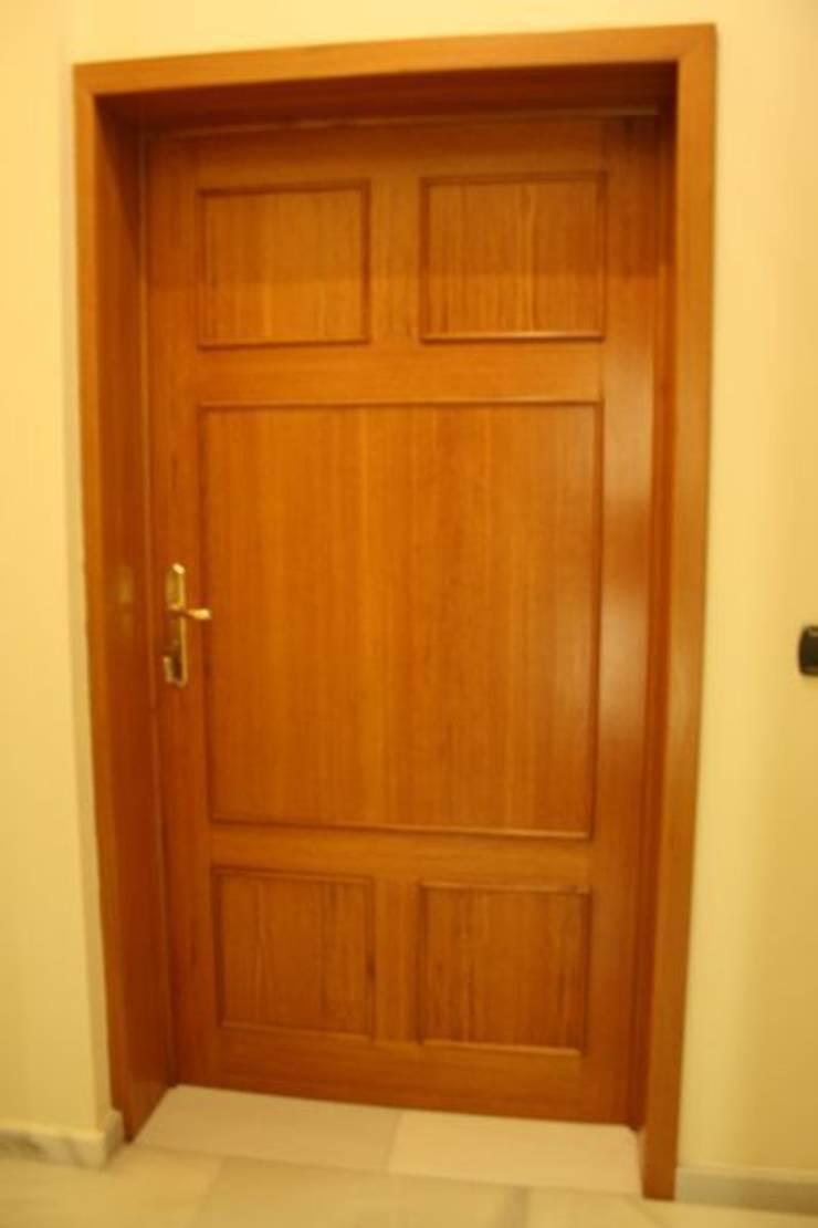 Puerta de anchura especial.: Puertas y ventanas de estilo  de MUDEYBA S.L.