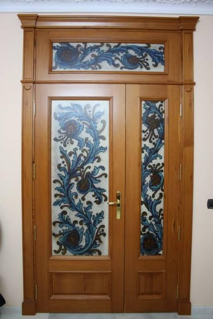 Puerta artesanal.: Puertas y ventanas de estilo  de MUDEYBA S.L.