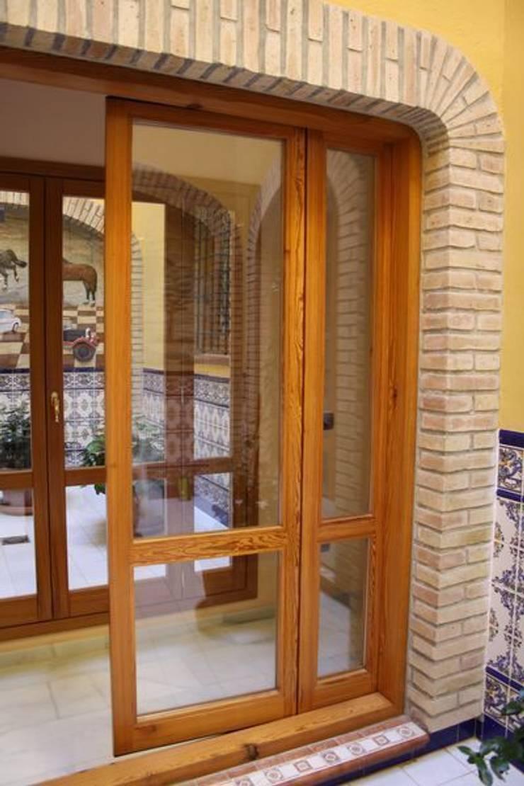 Puertas centrales practicables y extremos fijos: Puertas y ventanas de estilo  de MUDEYBA S.L.