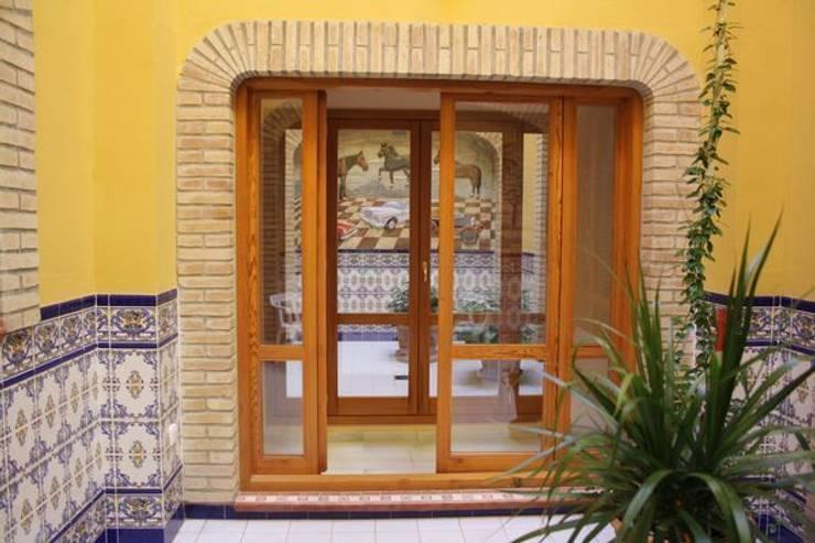 Fabricación y acristalamiento de ventanales: Puertas y ventanas de estilo  de MUDEYBA S.L.