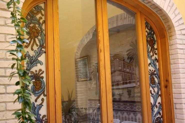 Ventanales de Mobila vieja.: Puertas y ventanas de estilo  de MUDEYBA S.L.
