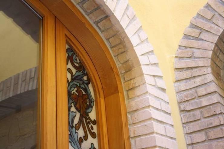 Ventanales con instalación de vidrio artesanado: Puertas y ventanas de estilo  de MUDEYBA S.L.