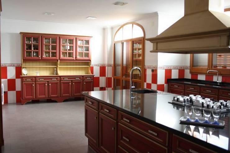 Cocina Diseñada, Fabricada e Instalada: Cocinas de estilo  de MUDEYBA S.L.