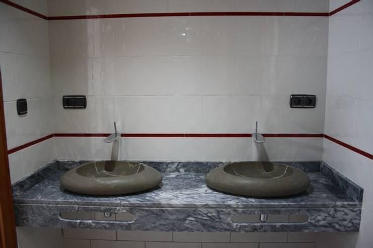 Lavabos de piedra natural: Baños de estilo rural de MUDEYBA S.L.