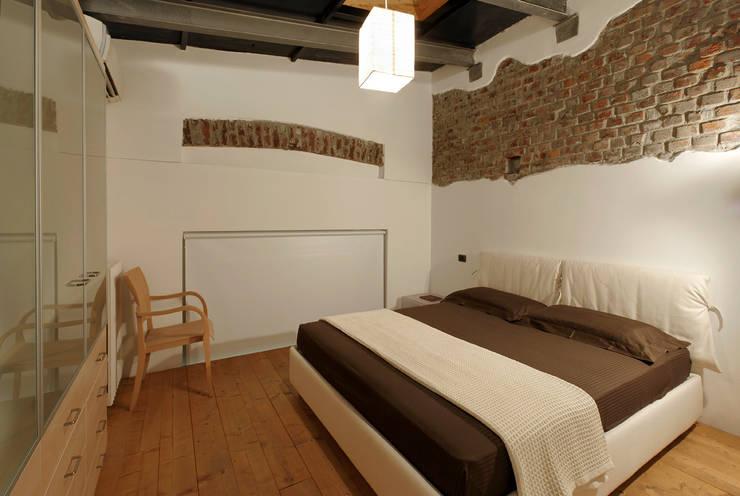 Loft a Milano; zona Ripa Ticinese: Camera da letto in stile  di Studio Arch. Matteo Calvi
