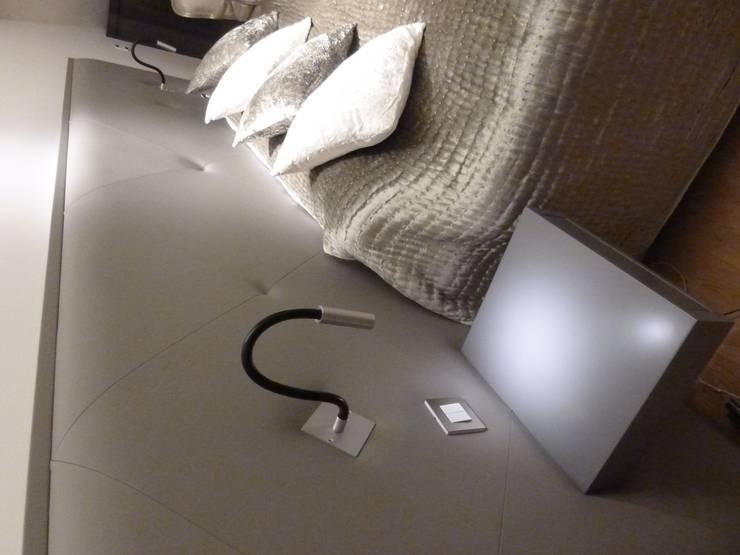 Tête de lit en cuir, chevet,liseuse et intérupteurs encatrés: Maison de style  par Âme 2 Tapissiers