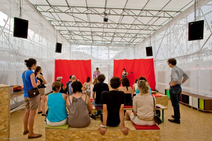 Un concert: Centre d'expositions de style  par Emilie Marx