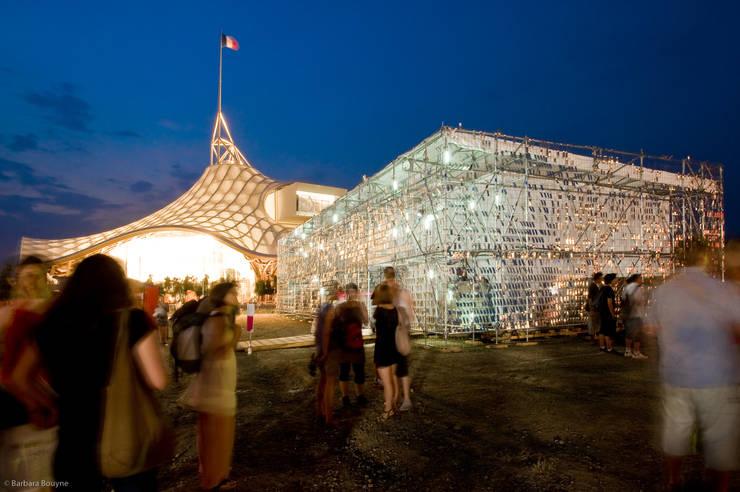 Ambiance nocturne: Centre d'expositions de style  par Emilie Marx
