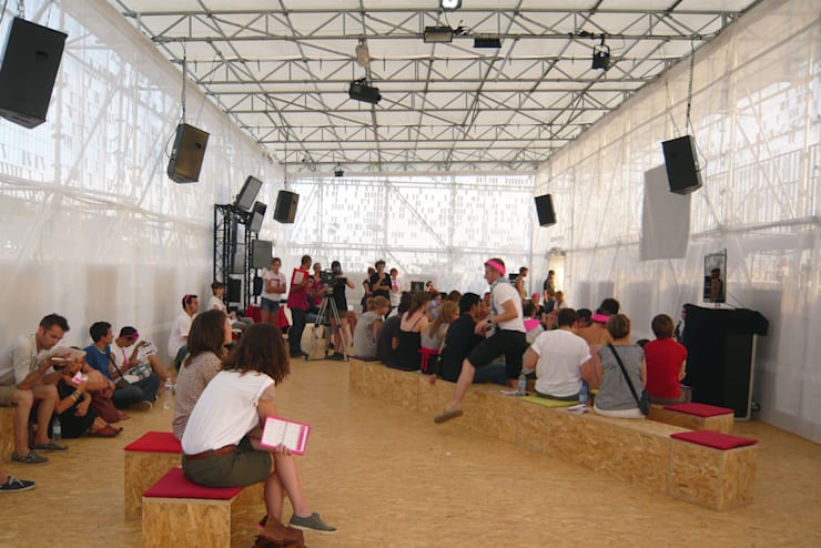 Un débat: Centre d'expositions de style  par Emilie Marx