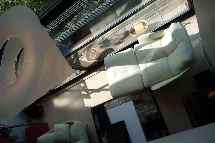 Vue depuis la mezzanine: Salon de style  par AADD+