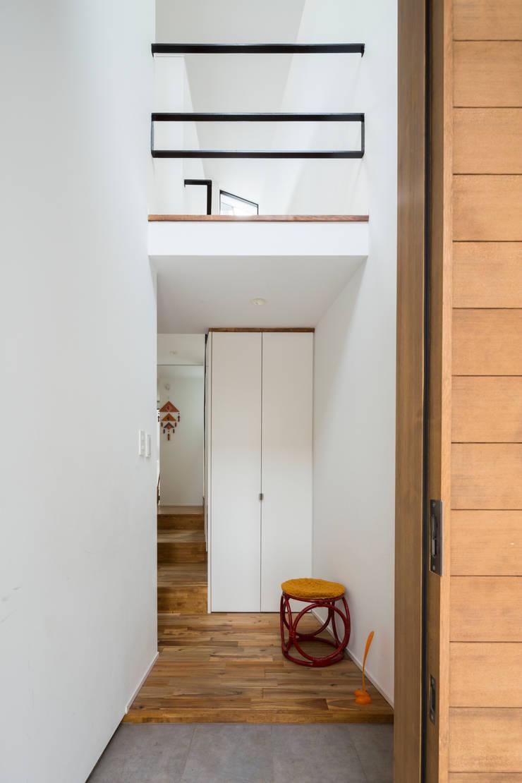 仙川の家 モダンスタイルの 玄関&廊下&階段 の Studio R1 Architects Office モダン