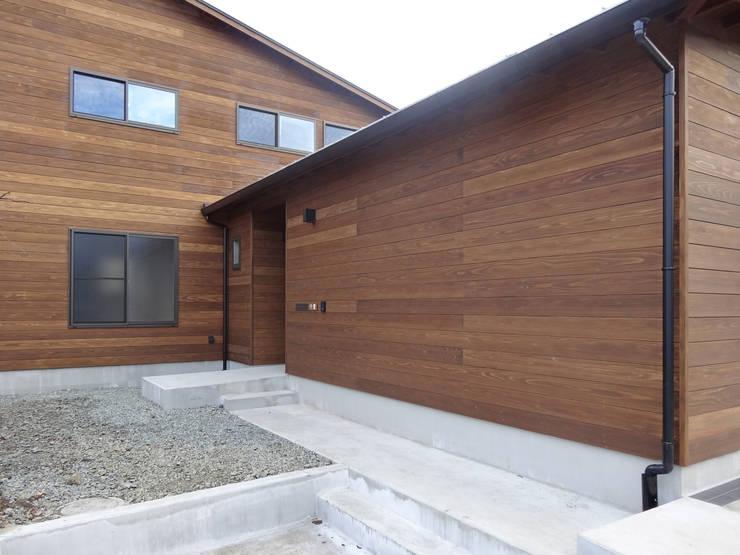 アプローチ: 田所裕樹建築設計事務所が手掛けた家です。,