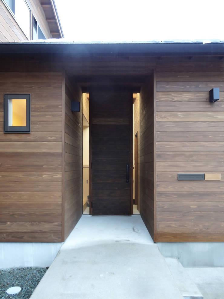 ポーチ: 田所裕樹建築設計事務所が手掛けた家です。