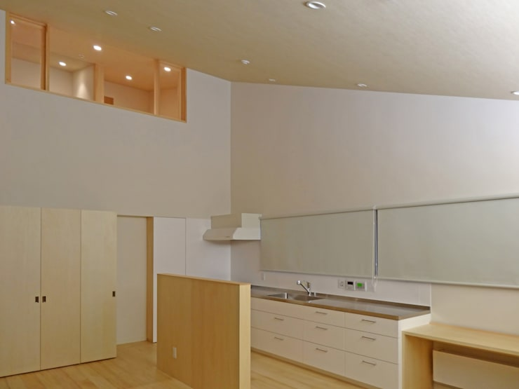 キッチンと2階書斎のつながり: 田所裕樹建築設計事務所が手掛けたキッチンです。,